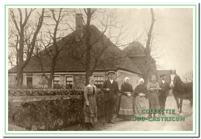 Bij de oude boerderij van Jan Schermer aan de Brakersweg nr 52 (is op het kaartje van 1832 nr 4). Rond 1930 verrees op deze plaats huis en boerderij van Lou Schermer.