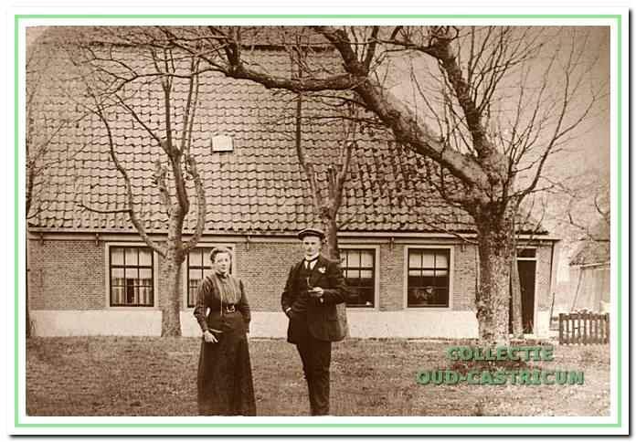 De boerderij 'Noord-Bakkum' aan de Hoogeweg: dit was de grootste boerderij van Bakkum. Hier woonden meerdere gezinnen. Voor het huis baasknecht bij 'Rijnveld' Kees Weijers met echtgenote Maria Veldt (zie 12).