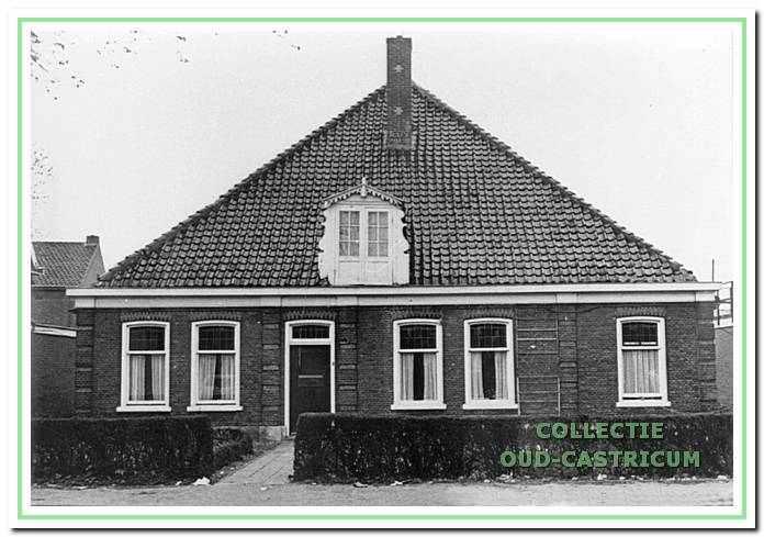 Vooraanzicht van de boerderij van de familie Schut, Dorpsstraat 94 in 1950. Het in 1880 gebouwde pand werd in 1972 gesloopt om plaats te maken voor nieuwbouw.