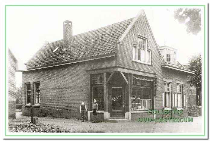 De bakkerswinkel, annex woonhuis, Dorpsstraat 80, van Cor Juffermans omstreeks 1920. De bovenwoning werd enige tijd mede bewoond door Catharina Theissling - van der Park, schoonmoeder van Cor Juffermans.