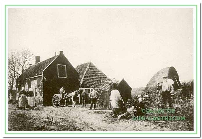 Het Commissarishuis omstreeks 1910. Een tiental jaren later is de schuine kap van de achter het voorhuis gelegen boerderij verticaal gemetseld. Verschillende generaties van de familie Zonneveld hebben hier gewoond.