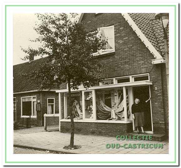 Neeltje Stiemer - Vader in de deur van haar winkel.
