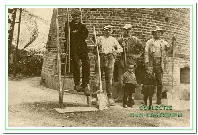 Het personeel bij de kalkovens. V .l.n.r.: Dirk Verdwaald, Frans Zonneveld (van Engel), Jaap Zonneveld en Simon Admiraal en nog twee kinderen.