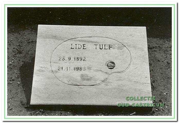 Dit eenvoudige monumentje bedekt haar graf op de begraafplaats 'Onderlangs'.