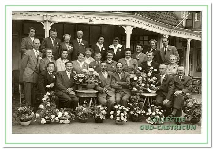 De Castricumse melkslijters vieren in mei 1957 het 25-jarig bestaan van hun vereniging 'De Eendracht'.