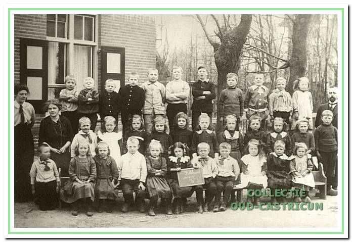 1915 Openbare lagere school II in Bakkum met rechts meester H.A. Nijsen. Hij was schoolhoofd van 1905 tot 1933.