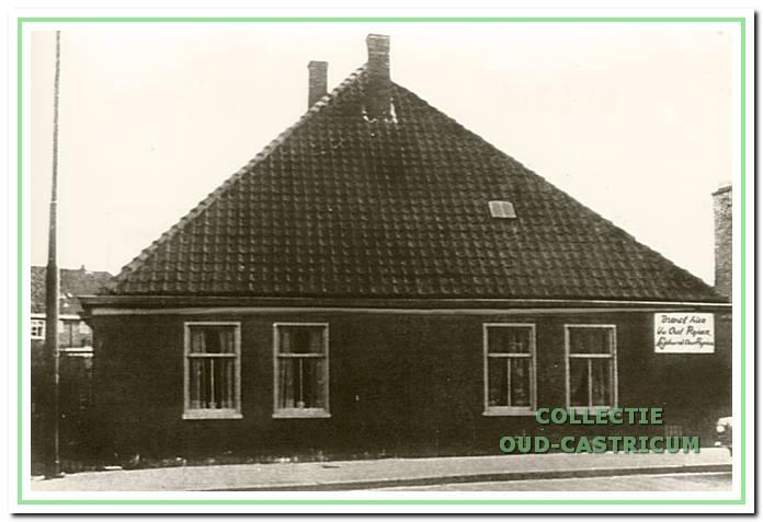 De boerderij Dorpsstraat 81, kort voor de sloop in 1971, maar nog bewoond. Opschrift op de gevel: 'Breng hier Uw Oud Papier'.