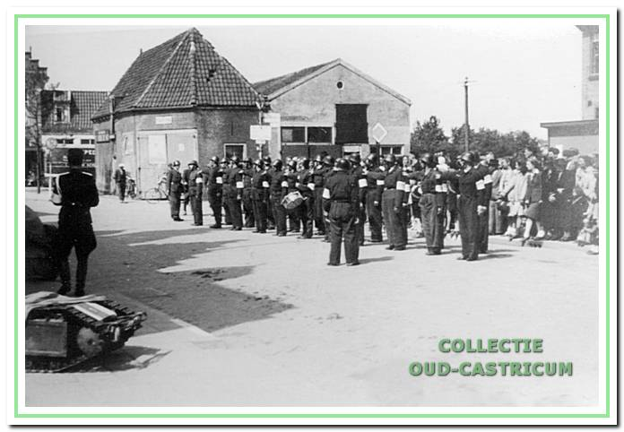 Voor het oude raadhuis bij de doorrijstal van de Rustende Jager aan de Dorpsstraat te Castricum in 1945.
