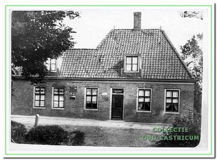 Het postkantoor aan de Dorpsstraat hoek Cieweg in Castricum, rond 1905.