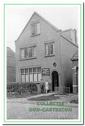 Het 'lokaal' aan de Beverwijkerstraatweg in september 1920 met de heer Cornelis Baart, zijn echtgenote Helena Nuis en dochter Trijntje tussen hen in.