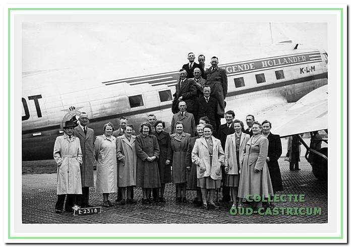De melkventers en hun echtgenotes van Castricum maken een uitstapje naar Schiphol (omstreeks 1950).