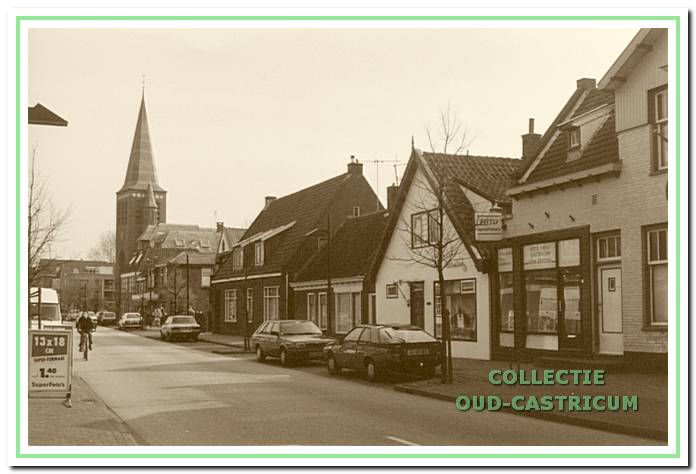 Doorkijk Dorpsstraat ca. 1980 richting Pancratiuskerk. Rechts een aantal panden, die in dit artikel ter sprake komen. Vooraan: Dorpsstraat 89 (fotozaak), Dorpsstraat 91 (voormalige groentehandel, hier woonhuis), Dorpsstraat 93 (winkel), Dorpsstraat 95 (woonhuis).
