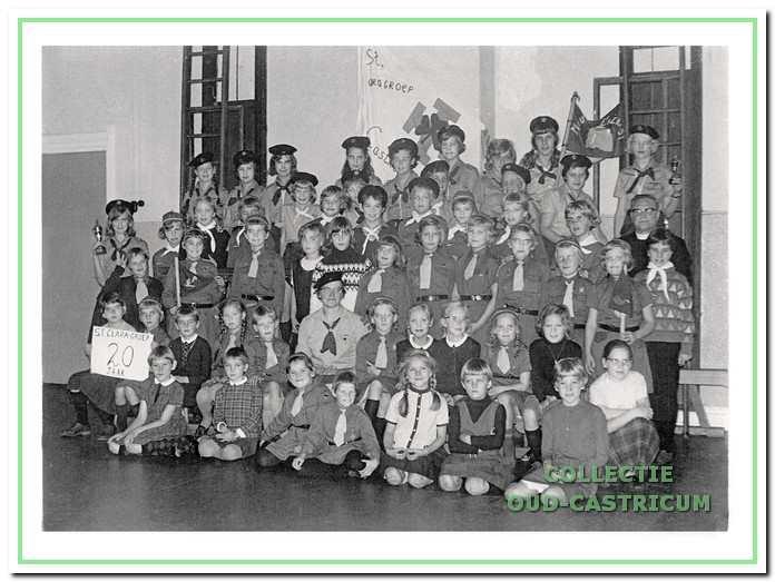 Groepsfoto van de kabouters en gidsen ter gelegenheid van het 20-jarig bestaan van St. Clara.