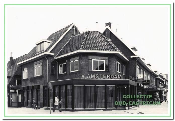 Dorpsstraat 64, gelegen op de hoek met de Torenstraat en deel uitmakend van het vier winkels omvattende winkelgebouw, dat in 1939 werd gesticht.