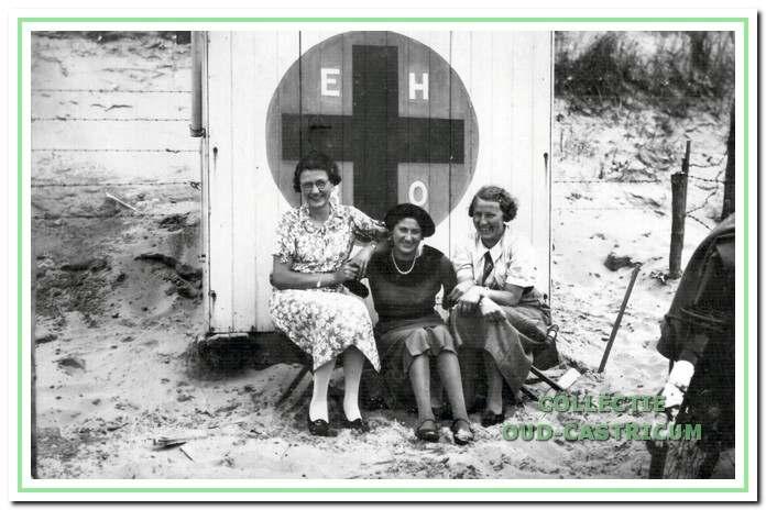 In 1937 was de EHBO post nog een simpele cabine. De dames zijn van links naar rechts Cies Steeman (trouwde later met Piet Vlaarkamp), Stien Stet, en To Juffermans.