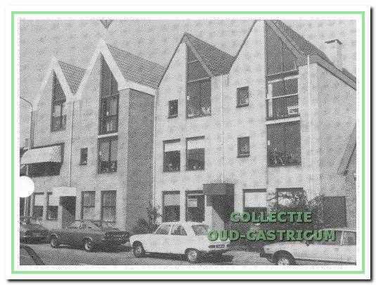 Vooraanzicht van de in 1977 gebouwde panden, Dorpsstraat 25 (rechts) en Dorpsstraat 27.