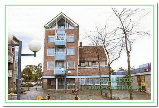 Biljartcentrum van de gebroeders Veldt aan het Raadhuisplein 21 in Castricum, bouwjaar 1989. Rechts de Vomar van Winkelcentrum Geesterduin.