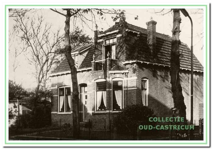 Het in 1919 gebouwde woonhuis van Cornelis Spaansen en zijn familie (nr 21), waarin thans drogisterij De Trekpleister is gevestigd.