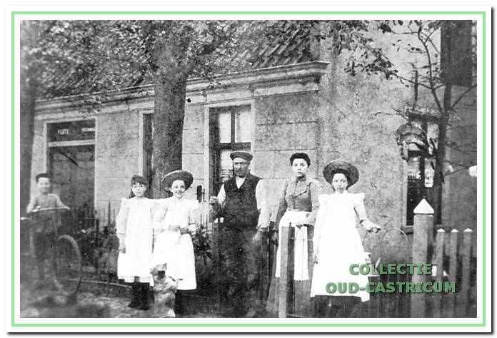 Een foto daterend van vóór 1908 van Piet Lute en familie voor het café aan de Kramersweg dat daarna werd voortgezet door Thijs Olgers en in 1926 plaats maakte voor een dubbel, winkelpand (nr 17).