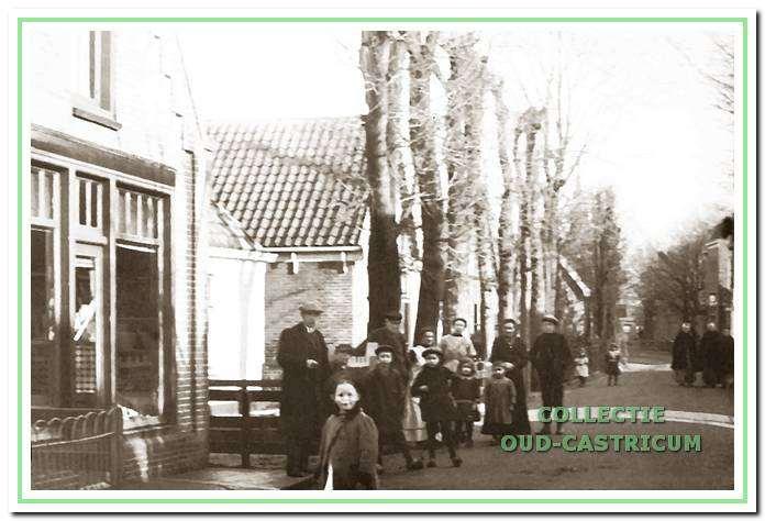 Links het winkel-woonhuis van Sijf Portegies, dat later aan Piet Vader werd verkocht. Het pand moest plaats maken voor de aansluiting van de Henri Schuytstraat op de Burg. Mooystraat.