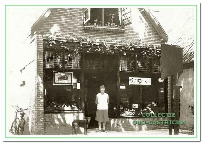 De boek- en kunsthandel van Nicolaas de Jonge (nr 15) omstreeks 1950, later o.a. De Markthal. In de deuropening zijn vrouw Maartje de Jonge - Schilp.