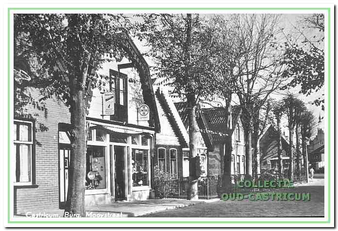 De drogisterij van Portegies omstreeks 1958, voortgekomen uit de omgebouwde werkplaats. Aan de rechterkant nog zichtbaar de wat naar achteren gelegen woning van Antje Grapendaal (nr 5), daarnaast de nog verder naar achteren gelegen tabakswinkel van Henk Heeremans (nr 3) en tenslotte wat de Burg. Mooijstraat betreft het pand van de familie Ten Wolde (nr 1).