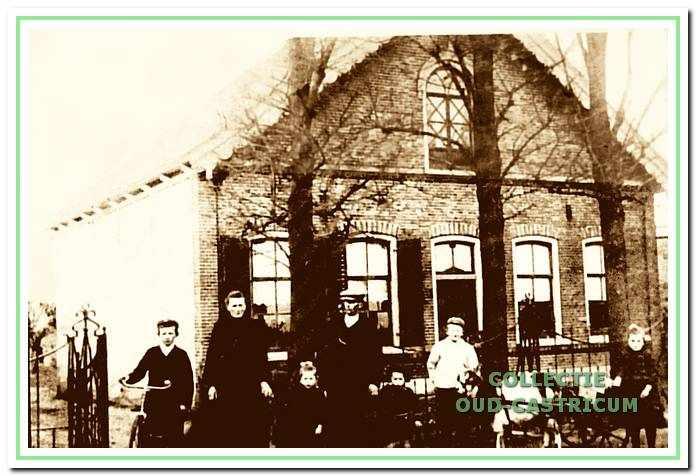 De familie Ten Wolde voor hun boerderij aan de Kramersweg, (nr 1), in 1915. V.l.n.r. Matthijs, moeder Geertje ten Wolde - Mooij, Trijntje, vader Huibert ten Wolde, Willem en Jan. (Het meisje rechts naast de bokkenwagen was geen familielid).