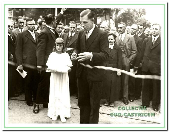De opening van de vernieuwde Dorpsstraat door burgemeester Van den Clooster, baron Sloet tot Everlo op 2 auguslus 1937.