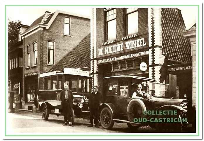 Foto, te dateren omstreeks 1927, met Anton Gorter zelf aan het stuur van een personenwagen en daarachter een nieuwe autobus voor het vervoer naar het strand.