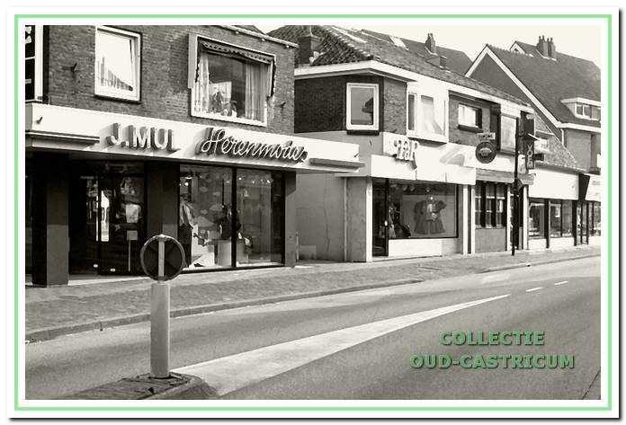 Dorpsstraat 52 in 1997: in 1997 was er al sprake van dat deze panden van J. Mul Herenmode, damesmodezaak Riat of Frans de Roode FdR, de Voem-Voem bar en slijterij Gall en Gall gesloopt zouden worden voor de vernieuwing van het centrum.