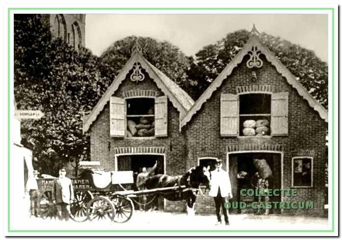 Het pakhuis van De Haas ca. 1915. Het lijken twee panden, maar het moet beschouwd worden als één pand met twee puntdaken en dat later dan ook één nummer, Dorpsstraat 57, kreeg toegewezen.