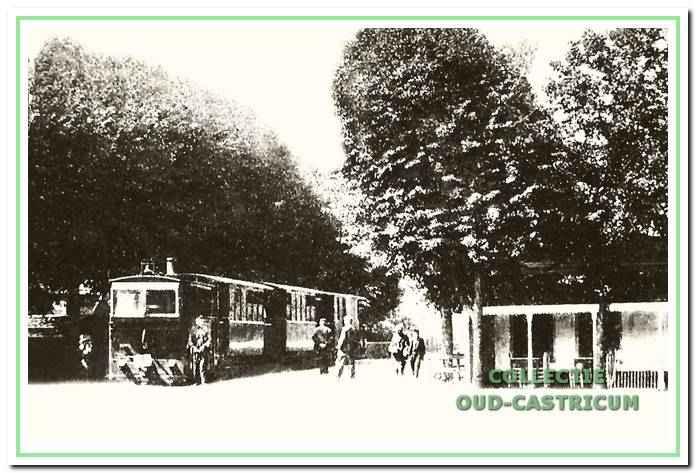 De stoomtram in 1901 op zijn halteplaats in het dorpscentrum.