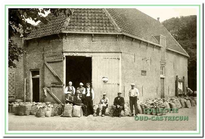 De voormalige doorrijstal van De Rustende Jager omstreeks 1930, hier in gebruik door de Vrije Veiling. Links Bernard Res, een der oprichters van deze veiling.