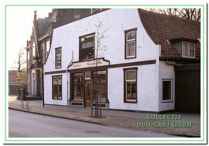 Foto uit ca. 1995: in de kleinmeubelen winkel van Schotten herkennen we duidelijk het karakteristieke pand van vroeger.