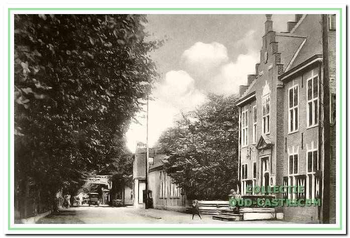 De openbare school uit 1854 naast het raadhuis.