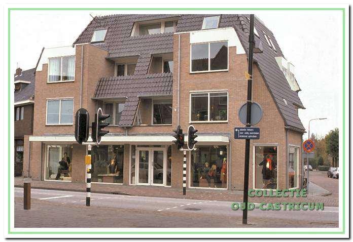 Beeld in 2011 van damesmodezaak Stevens met appartementen, Dorpsstraat 88.