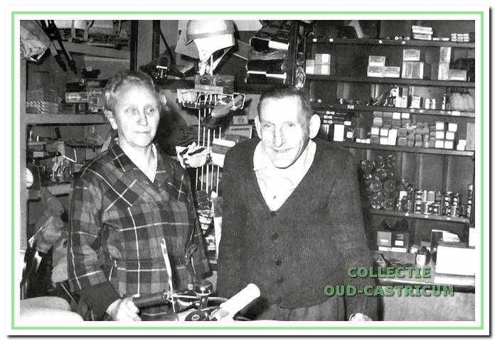 Coenraad Bennes en echtgenote in hun fietsenzaak, circa 1954.