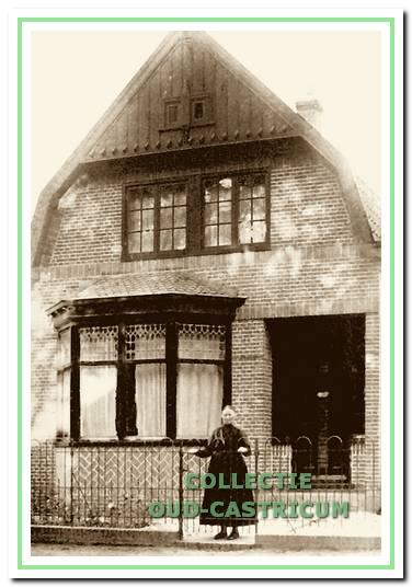 Foto uit ca. 1930, van het pand Dorpsstraat 99. Voor het pand staand achter het hek waarschijnlijk de weduwe Catharina Theissling - van der Park.