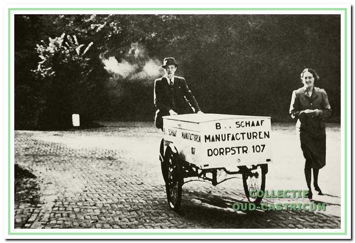 Bart van der Schaaf onderweg met zijn kar met manufacturen.