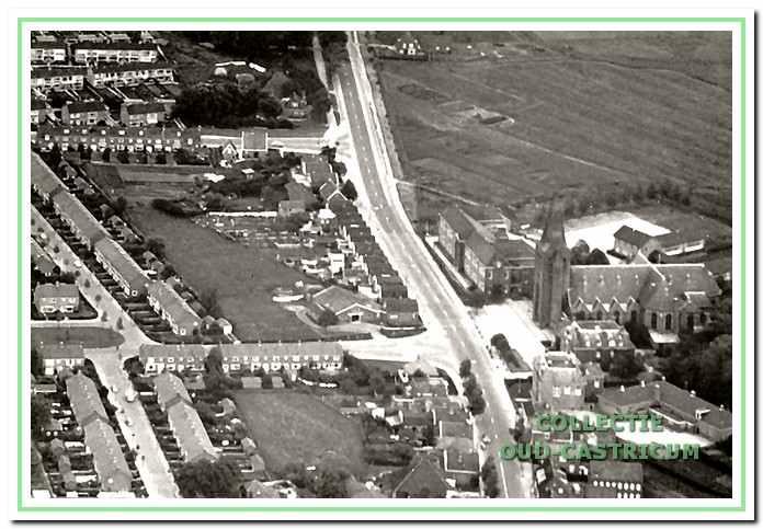 Een luchtfoto genomen omstreeks 1960 met de nog doorlopende Alkmaarderstraatweg, rechts de R.-K. kerk en de Augustinusschool. Op de foto zijn de te bespreken panden zichtbaar tussen de zijstraten Koningin Wilhelminalaan en Prinses Beatrixstraat.