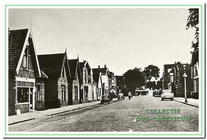 Doorkijk Dorpsstraat, ca. 1950. Aan de linkerzijde, van links naar rechts nr 12 (winkel van Jan Lust) en de woonhuizen nrs 14, 16, 18 (later café'), 20 (later café), 22 (later bowlingbar) en 24.