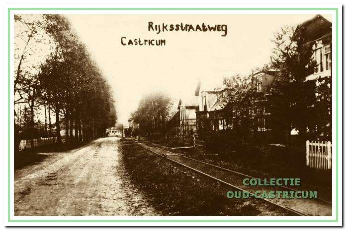 """De Dorpsstraat 1 in Castricum ter hoogte van de villa """"Funadama"""" links in 1920."""