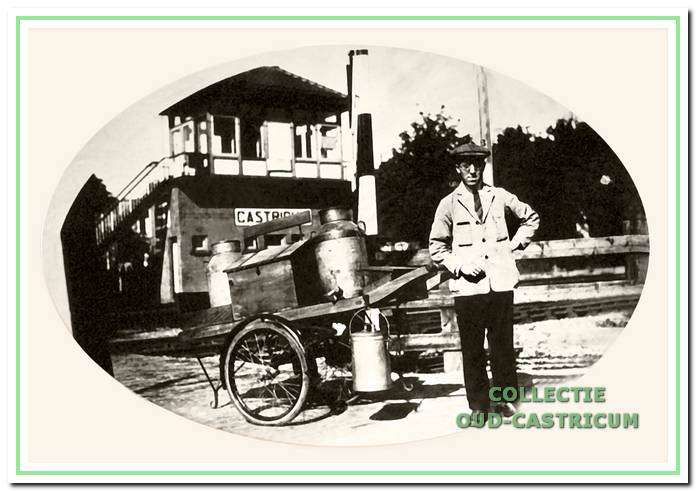 Melkventer Cor Castricum bij de spoorwegovergang naar de Kramersweg.