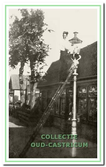 Ca. 1930 aan de De Vinkebaan: lantaarn opsteker voor de winkel van Nanne