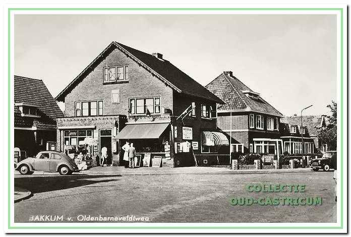 Drogisterij en postkantoor 'De Posthoorn' van Freek Peijs op de hoek van de Stetweg en de Van Oldenbarneveldweg.