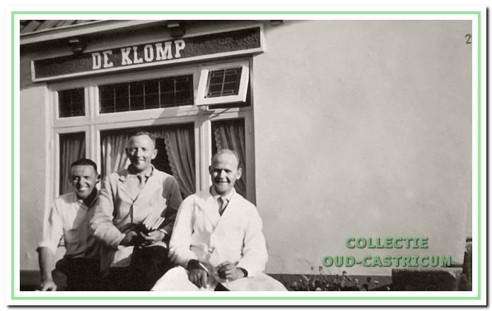 Voor het huisje 'De Klomp' met v.l.n.r. ene Gosseling uit Rotterdam, de kruidenier Jan Groot en de slager Jan Snel.
