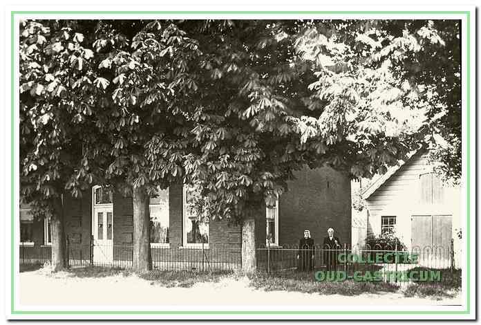 Honderd jaar geleden was Johannes Mooij burgemeester van Castricum. Op de foto staat hij met zijn echtgenote voor zijn huis aan de Dorpsstraat. Dit prachtige huis, tegenover de Verlegde Overtoom, is nu een winkel met o.a. badkamerinrichting.