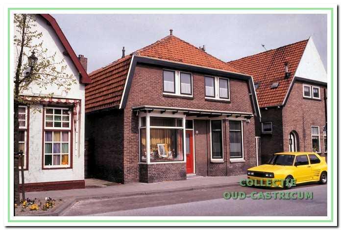 Huidige woning Dorpsstraat 98, voorheen de winkel van Bennes, waar in de voormalige etalage wisselende uitstallingen zijn te zien.