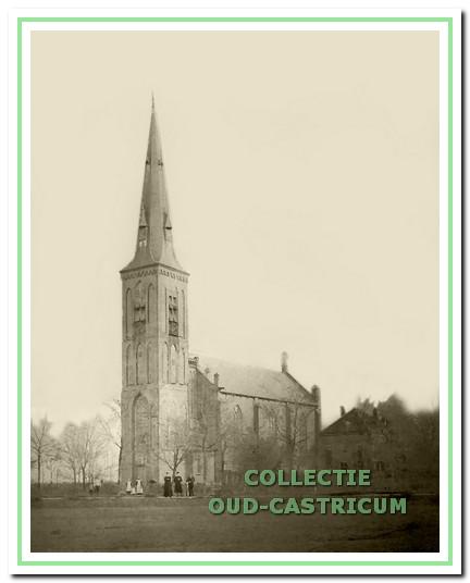 De kerk omstreeks 1900. Bij de grondige verbouwing van 1877-1883 was de vierkante dakruiter vervangen door een toren.