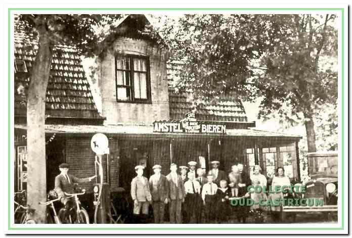 Café 'De Goede Verwachting' van Willem Castricum aan de Heerweg 38 te Bakkum in 1920.